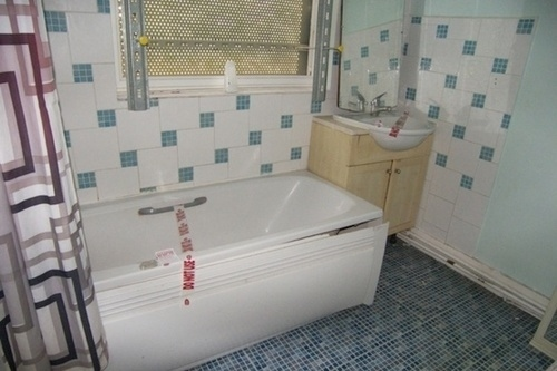 Worst listing photos ever. Crime scene bath